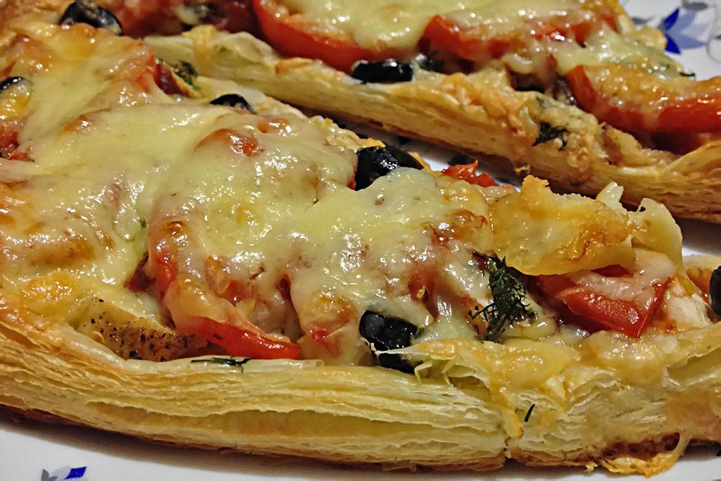 Как приготовить пиццу дома на слоеном тесте, что пальчики оближешь? праздники полезные советы выпечка вкусняшки