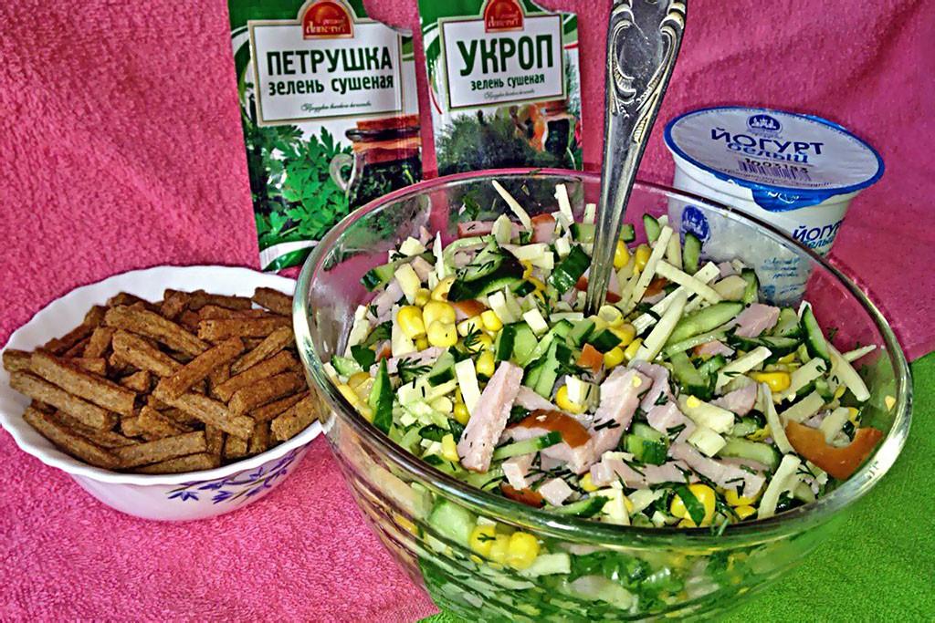 Рецепт салата с кукурузой и кириешками без майонеза Рецепты  соусы салаты праздники полезные советы мясо диета