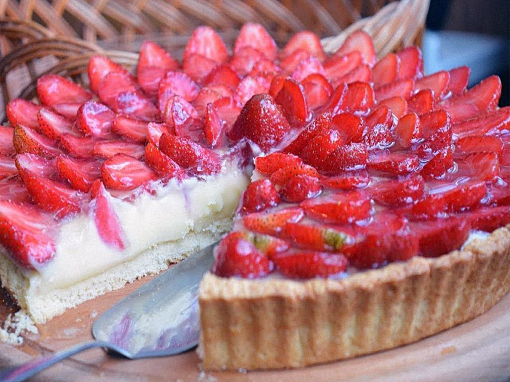 Песочный пирог с творогом в духовке с клубникой и миндалем Рецепты  полезные советы пирог десерты выпечка вкусняшки